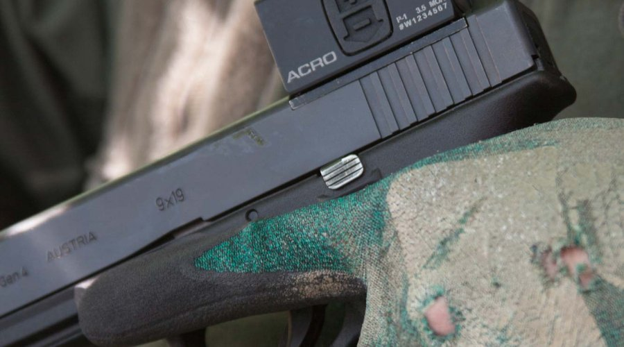 Aimpoint ACRO P-1 mini red dot sight mounted on a GLOCK G17 Gen4 in 9x19 mm